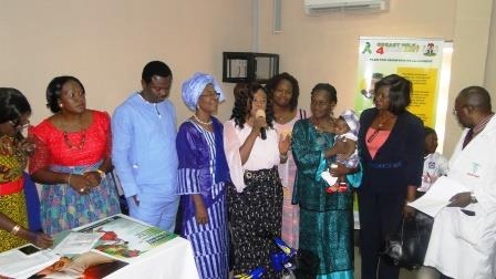 WBW Week 2016: CS-SUNN Chairman, Prof Nnam giving award to mothers practicing EBF